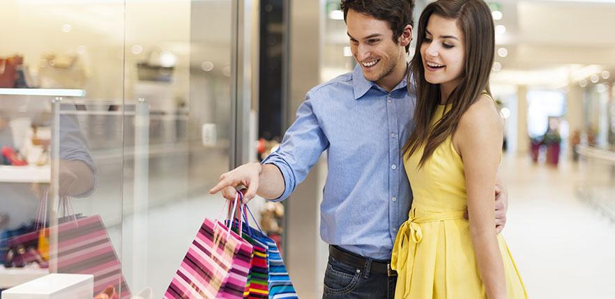 Casal Fazendo Compras no Shopping