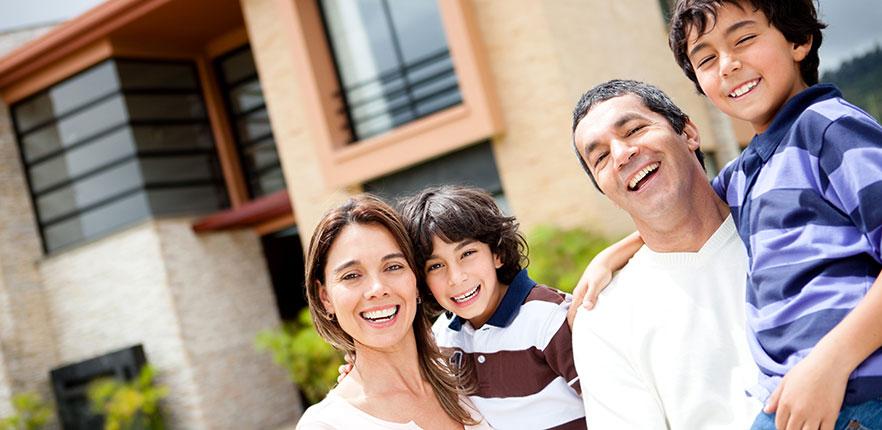 Família em Frente a Sua Casa Nova